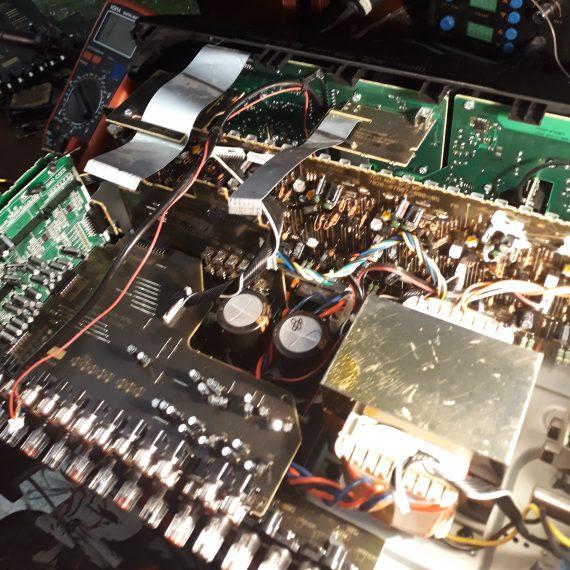 Замена контроллера с помощью паяльной станции в Marantz SR5010.